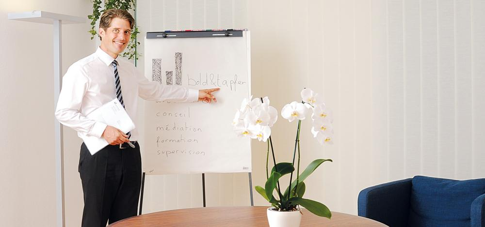 Me Marcel Paris présentant l'étude Bold + Tapfer au flipchart